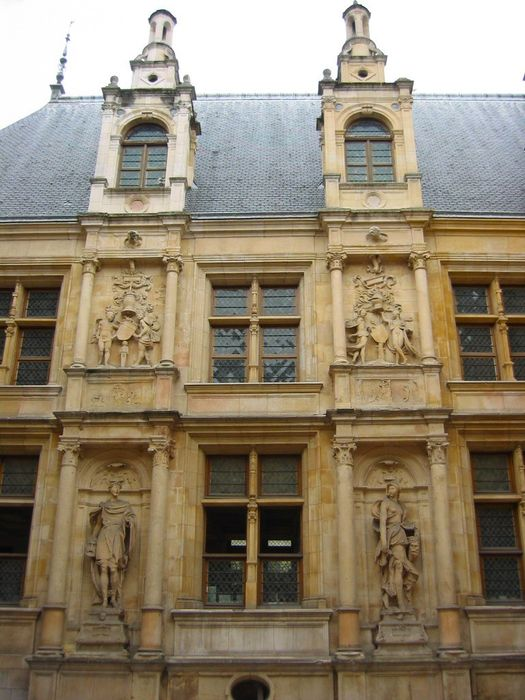 Ancien hôtel d'Escoville: Cour d'honneur, vue partielle de la façade