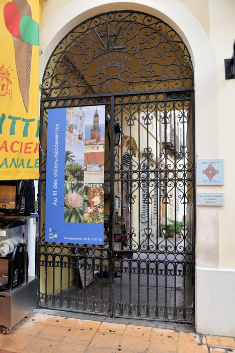 Hôtel d'Adhémar de Lantagnac: Grilles d'accès sur rue, vue générale
