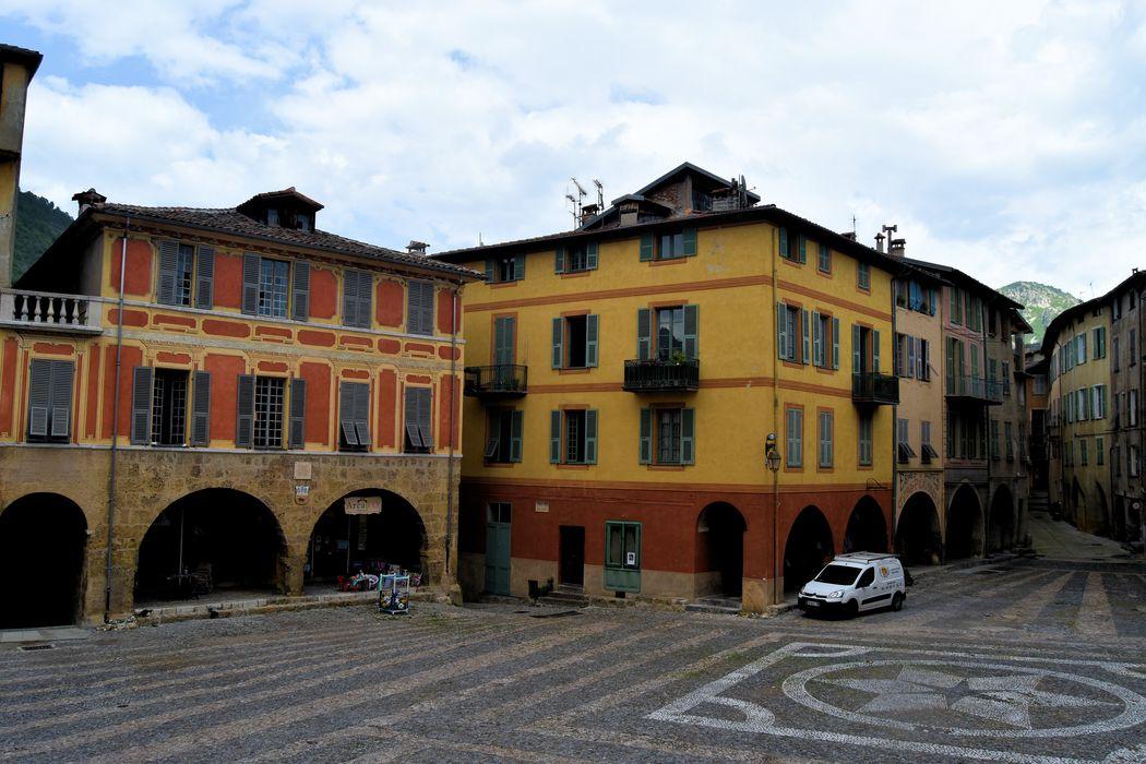 Maison Romane: Façade sur la place, vue générale