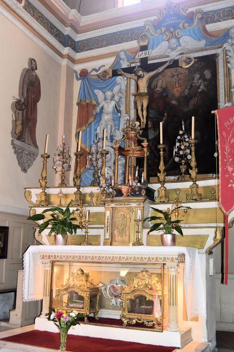 maître-autel et statue : Christ en croix