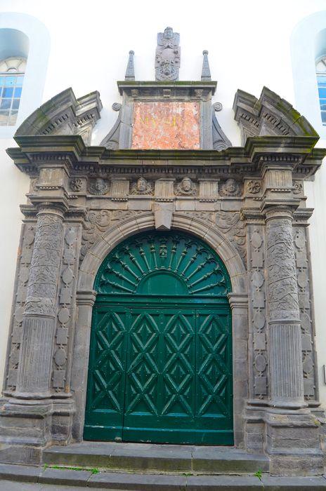 Musée: Porte d'accès sur rue, vue générale
