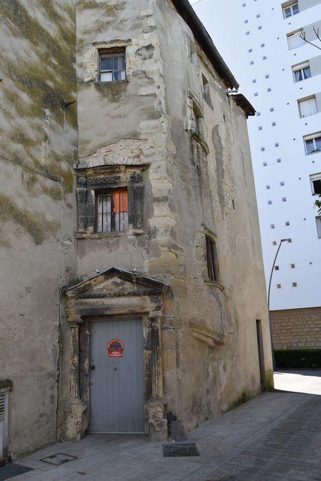 Maison: Façade sur rue, vue partielle