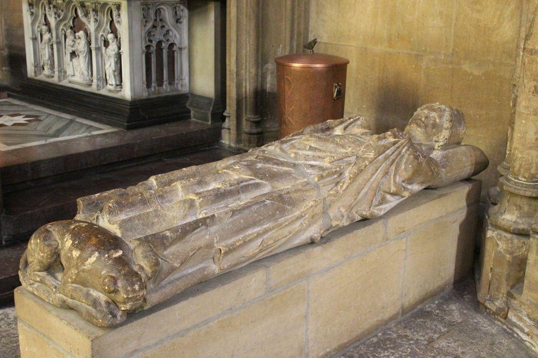 Statue : gisant d'un évêque non identifié, peut-être l'évêque de Toul, Jean de Heu