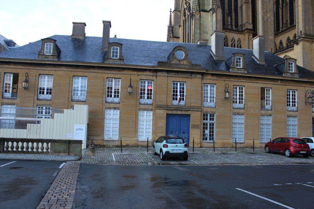 Maisons: Façade sud-ouest sur la place Saint-Etienne, vue générale
