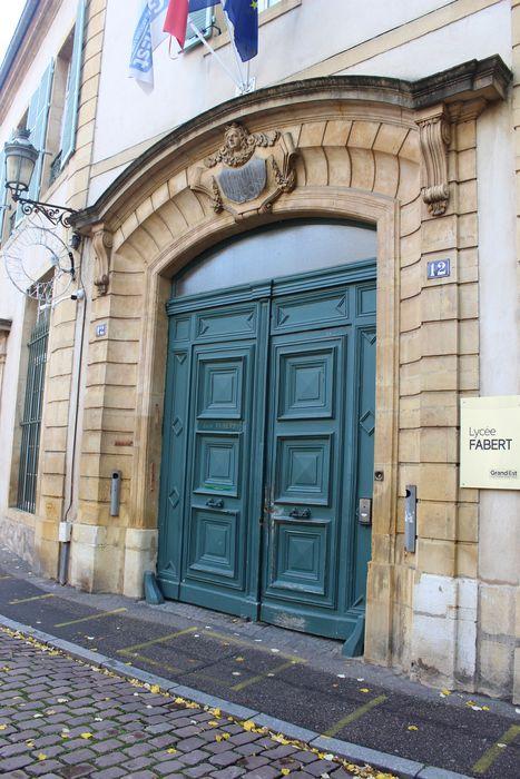 Ancienne caserne du Cloître, lycée de garçons: Portail sur rue, détail