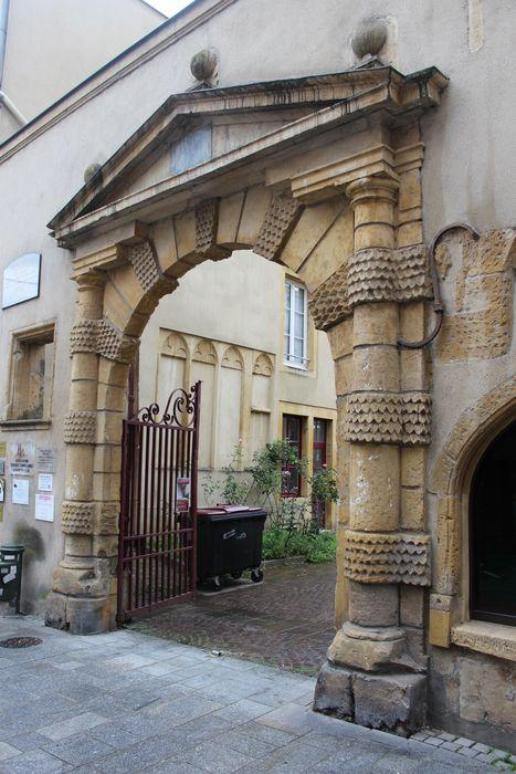 Maison: Portail d'accès sur rue, vue générale
