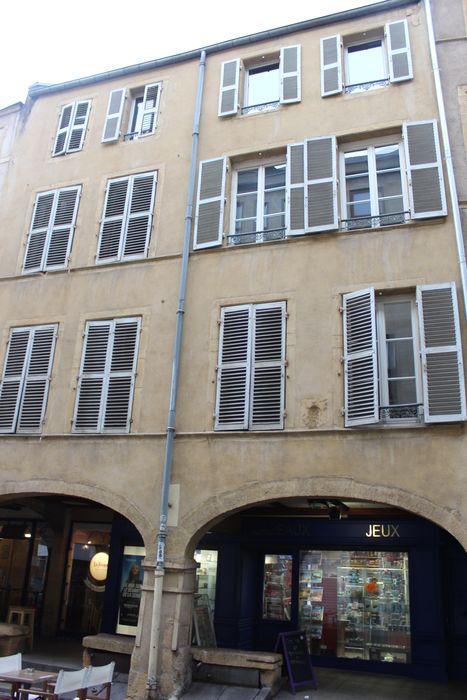 Maison: façade sur la rue, vue générale