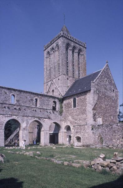 Eglise abbatiale en ruines : clocher et nef
