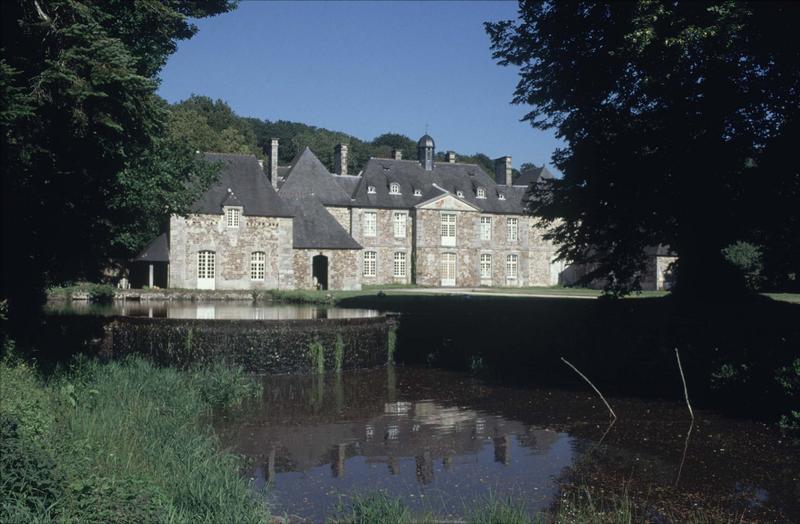 Ensemble de l'abbaye restaurée, plan d'eau au premier plan
