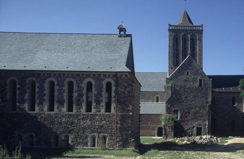 Ensemble est et clocher de l'église abbatiale restaurée, bâtiment conventuel