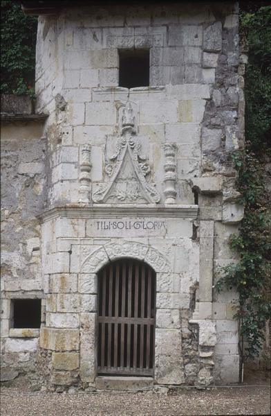 Porte de la tourelle d'escalier : décors sculptés