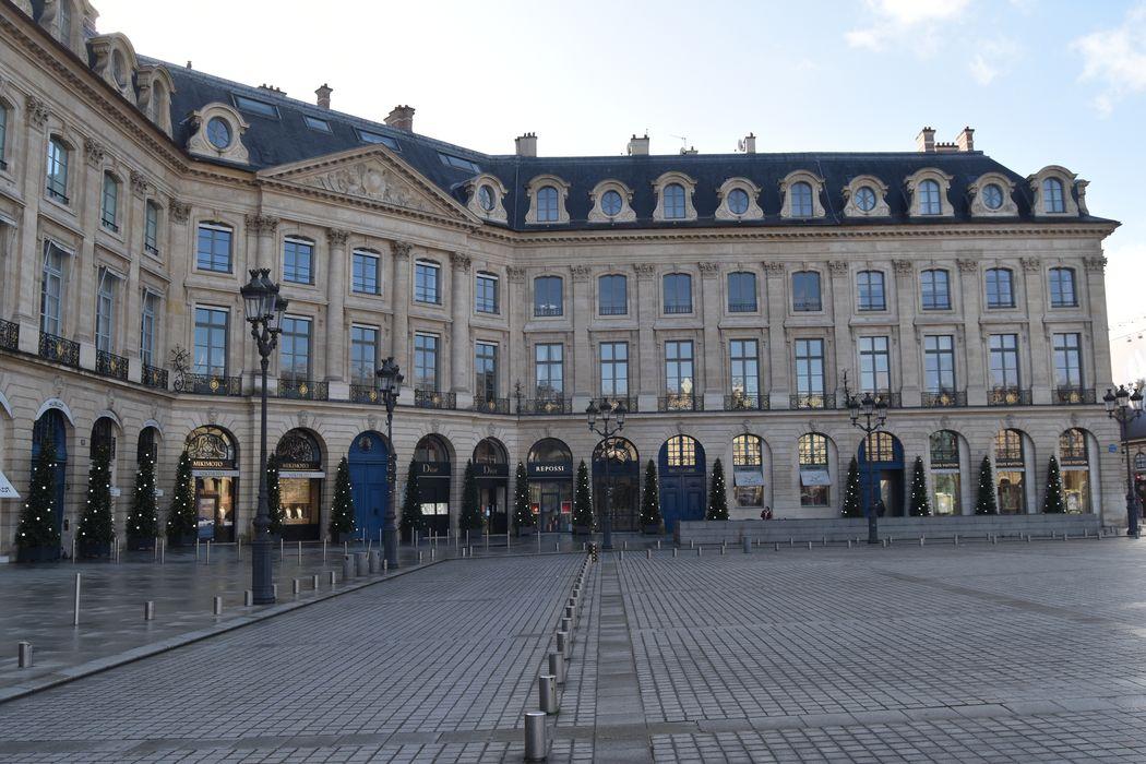 Ancien hôtel Delpech de Chaunot, anciens hôtels Marquet de Bourgade, Heuzé de Vologer et Thibert des Martrais: Façades sur la place, vue générale