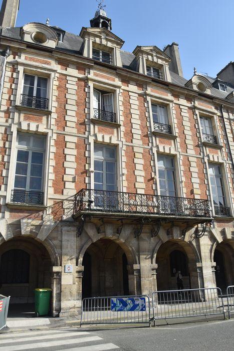 Hôtel de Ribault ou de Langres (ancien) (voir aussi : Synagogue, 21 rue des Tournelles): Façade sur la place des Vosges, vue générale