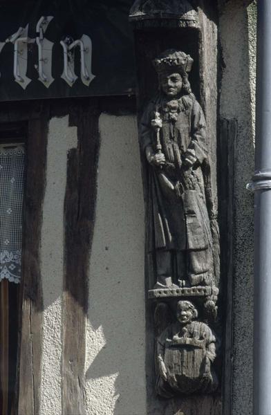 Statue en bois sur poteau