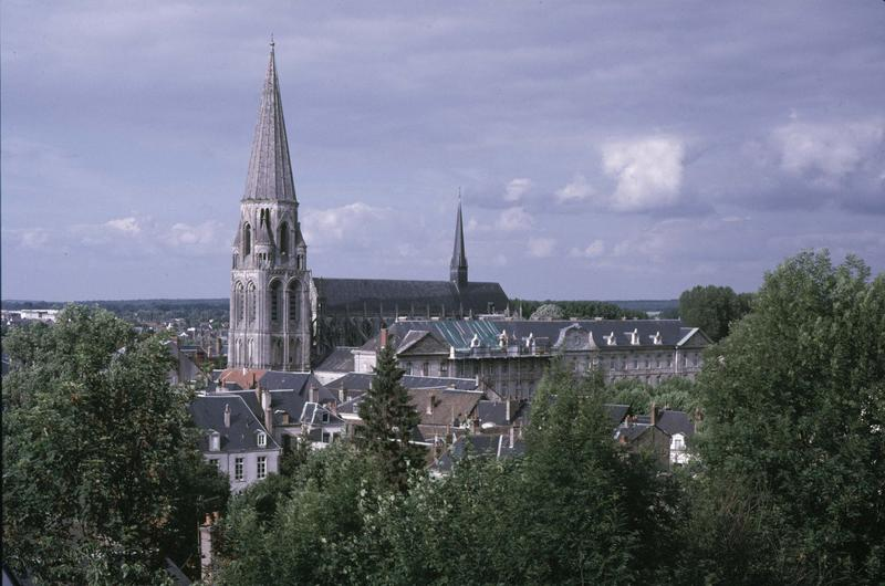 Vue générale de la ville, clocher de l'église et bâtiments abbatiaux