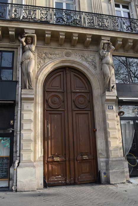 Immeuble: Portail d'accès sur rue, vue générale