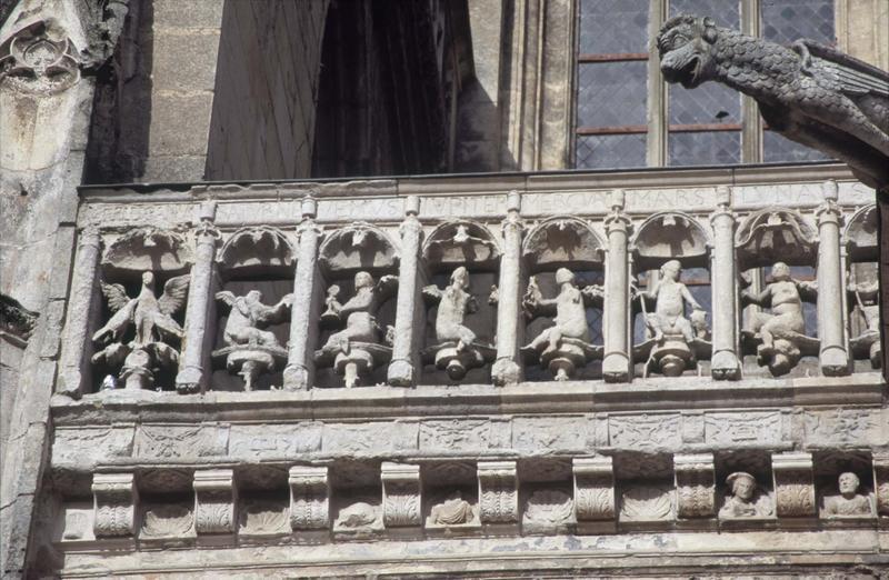 Façade sud : balustrade sculptée et gargouille