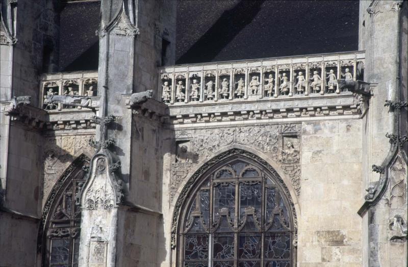 Façade sud : fenêtres, balustrade sculptée et gargouilles