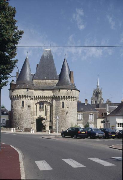 Porte de ville fortifiée sur une place