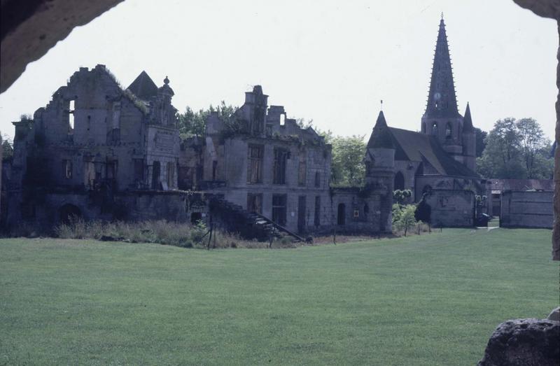 Ruines du logis Renaissance et clocher de l'église