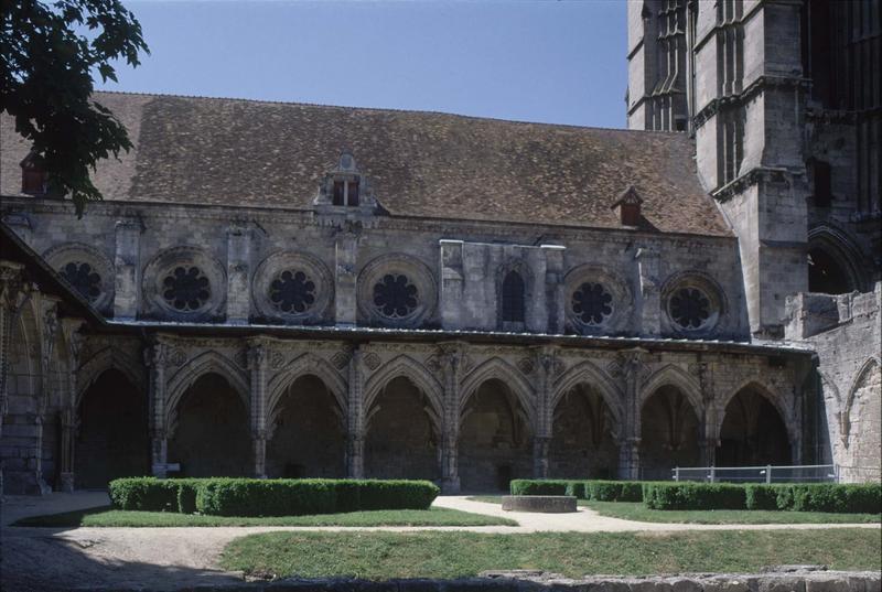 Grand cloître et logis abbatial : galerie à arcades
