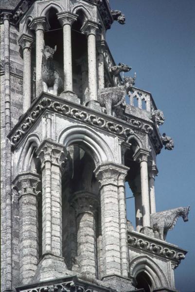 Détail d'une tour de la façade ouest