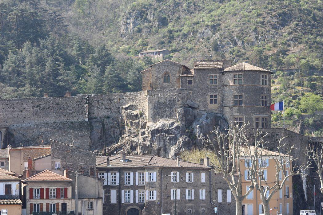 Château: Vue partielle du château dans son envvironnement depuis l'Est