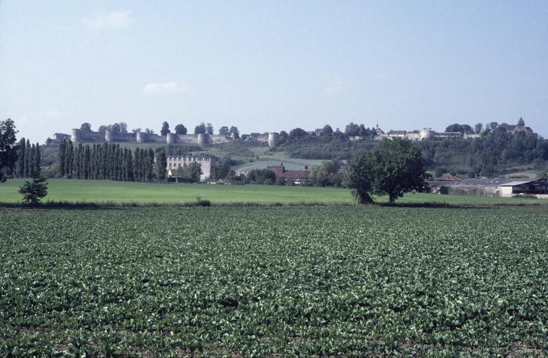 Vue générale de la ville, vue éloignée sur les remparts
