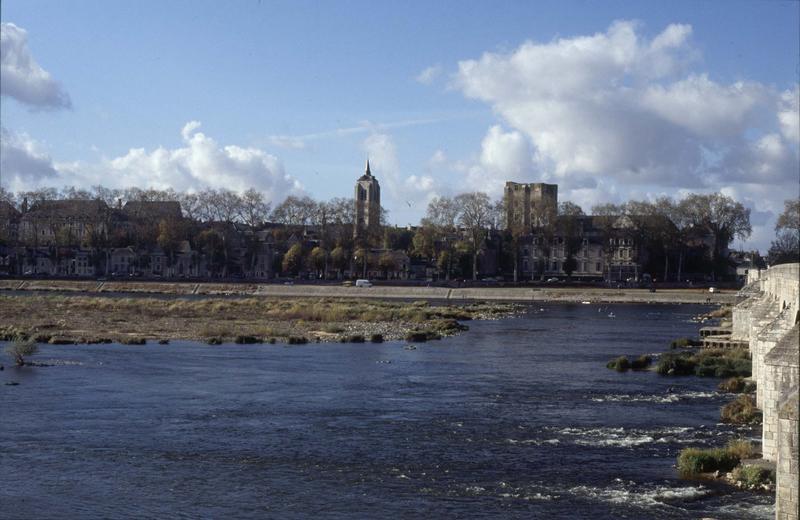 Vue générale de la ville, tours Saint-Firmin et de César, la Loire au premier plan