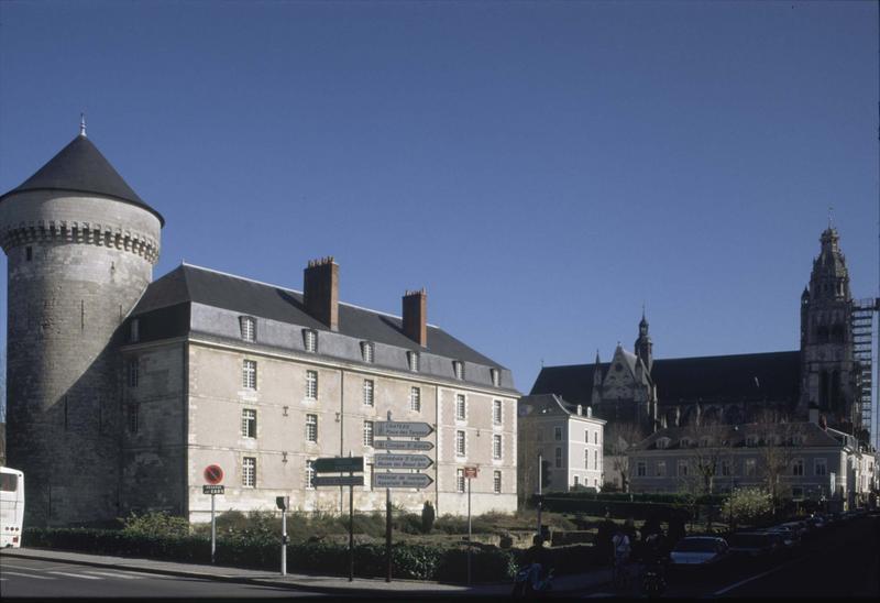 Tour de la cathédrale en cours de restauration, façade du château et tour de Guise