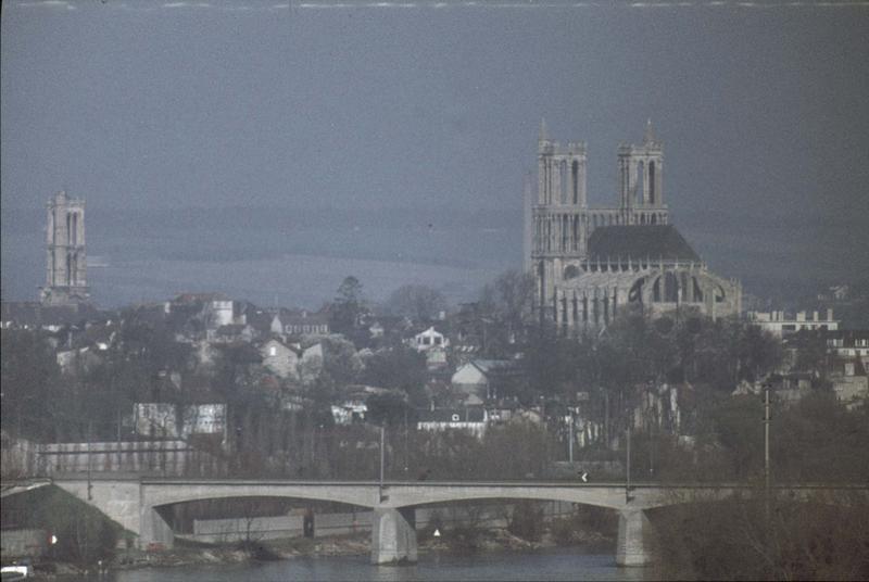 Vue générale de la ville, ensemble est de l'église