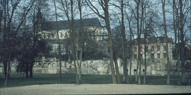 Façade sud, bâtiment et mur depuis un jardin