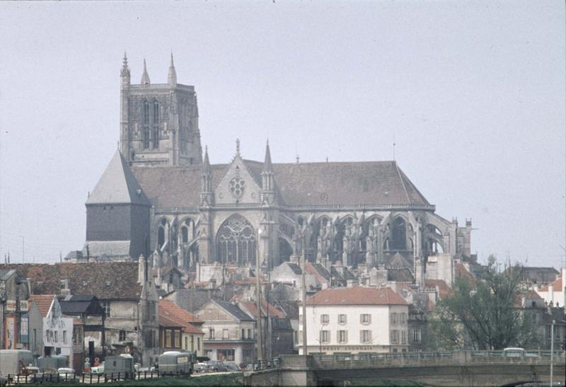 Façade sud et clocher, maisons environnantes et pont sur la Marne