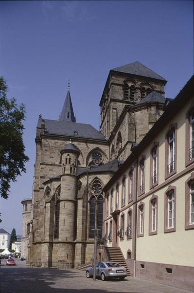 Abside de la cathédrale et façade latérale de l'église