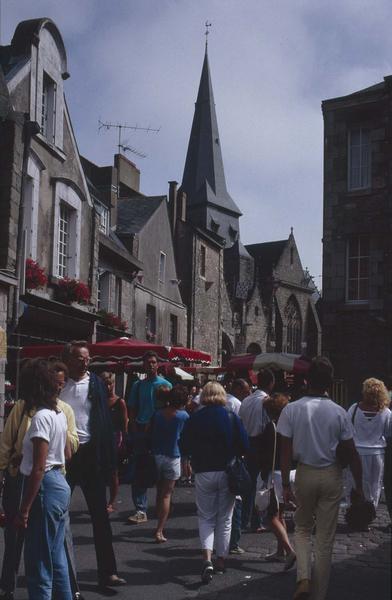 Façade sud sur une rue animée, étal d'un marché