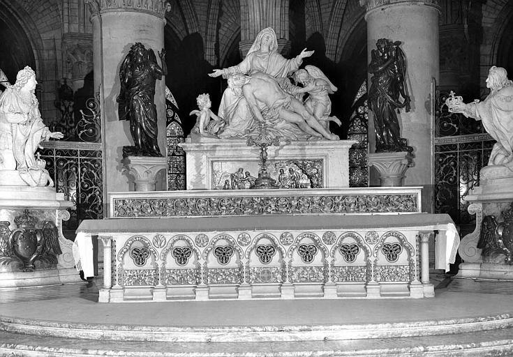 Maître-autel (vu de face) avec Pietà sculptée