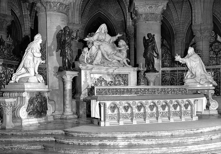 Maître-autel (vu de trois-quarts) avec Pietà sculptée