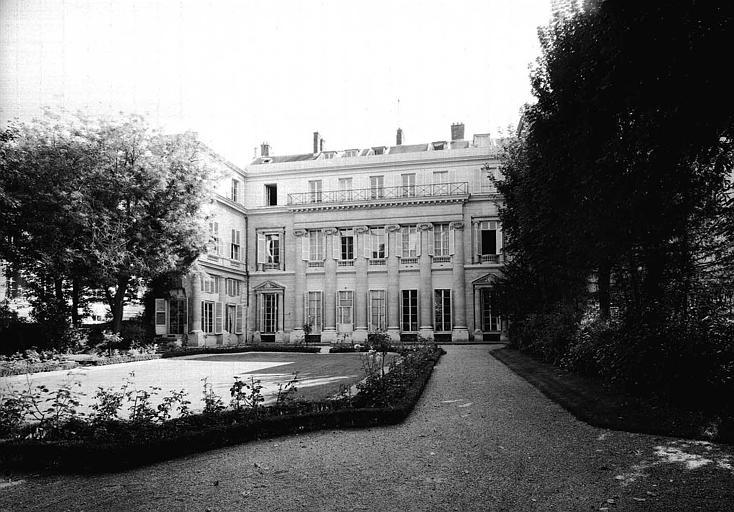 Façade ouest, prise du jardin vers l'angle nord-ouest