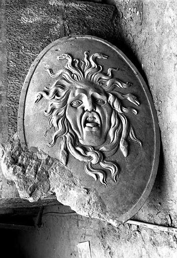 Sculpture en pierre dans la crypte : Bouclier de Minerve (face)