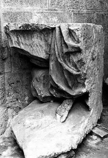 Sculpture en pierre dans la crypte : Jambe de Minerve
