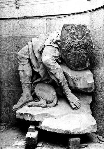 Sculpture en pierre dans la crypte : Jambes et bouclier de Mars