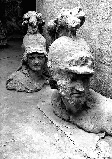 Sculpture en pierre dans la crypte : Tête de Minerve et tête de Mars