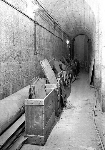 Dépôt de 14 caisses de vitraux bleus d'époque Louis-Philippe dans une galerie souterraine (crypte ?)