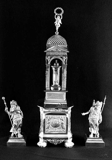 Reliquaire en argent de la sainte Epine, flanqué de deux statuettes d'anges (face)