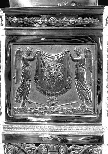 Reliquaire en argent de la sainte Epine, face principale du socle : Deux anges tenant le saint Suaire