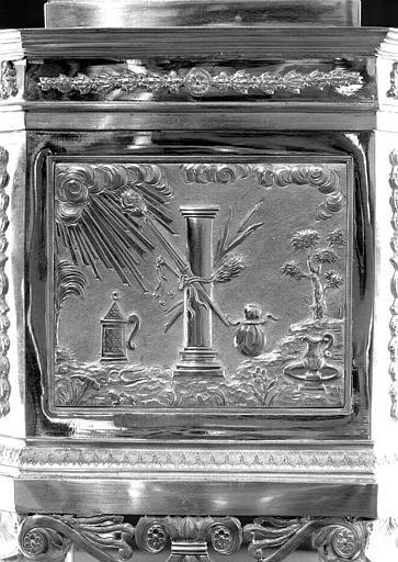 Reliquaire en argent de la sainte Epine : Une des faces du socle