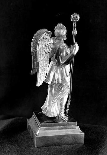 Reliquaire en argent de la sainte Epine : Statuette d'ange porteur de la lance et de l'éponge (trois-quarts dos)