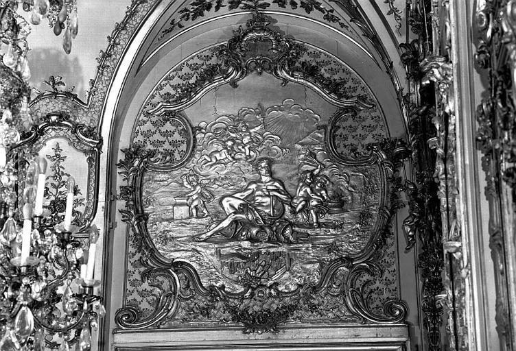 Salle de bal : Bas-relief au-dessus d'une porte