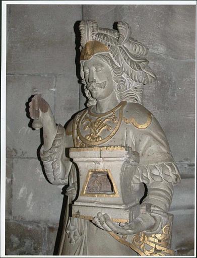 Statue : saint Adrien, vue rapprochée