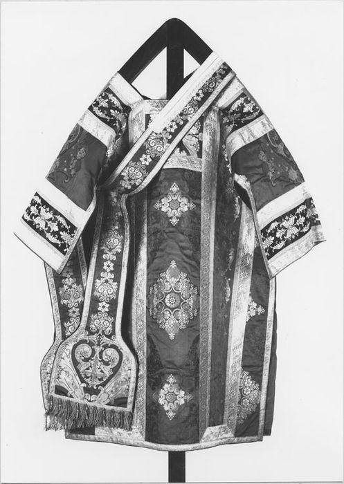 Ornements dits du sacre de Charles X : 2 chasubles, 8 dalmatiques, 3 étoles, 4 manipules, 2 voiles de calice, 2 bourses de corporal, pale, grémial, voile huméral, napperon liturgique, voile d'exposition du saint sacrement (pavillon du saint sacrement)